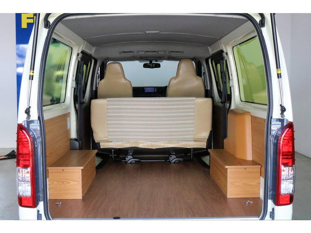 内装はタイヤハウスの部分を利用し、ちょっとしたインテリアを装着! | トヨタ ハイエースバン 2.0 DX ロング お洒落なハイエースV