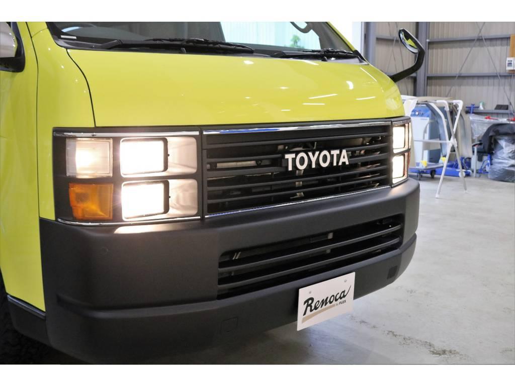 古き良きハイエースを彷彿させる角目4灯ヘッドライト。淡い燈色がさらにクラシック感を醸し出します!
