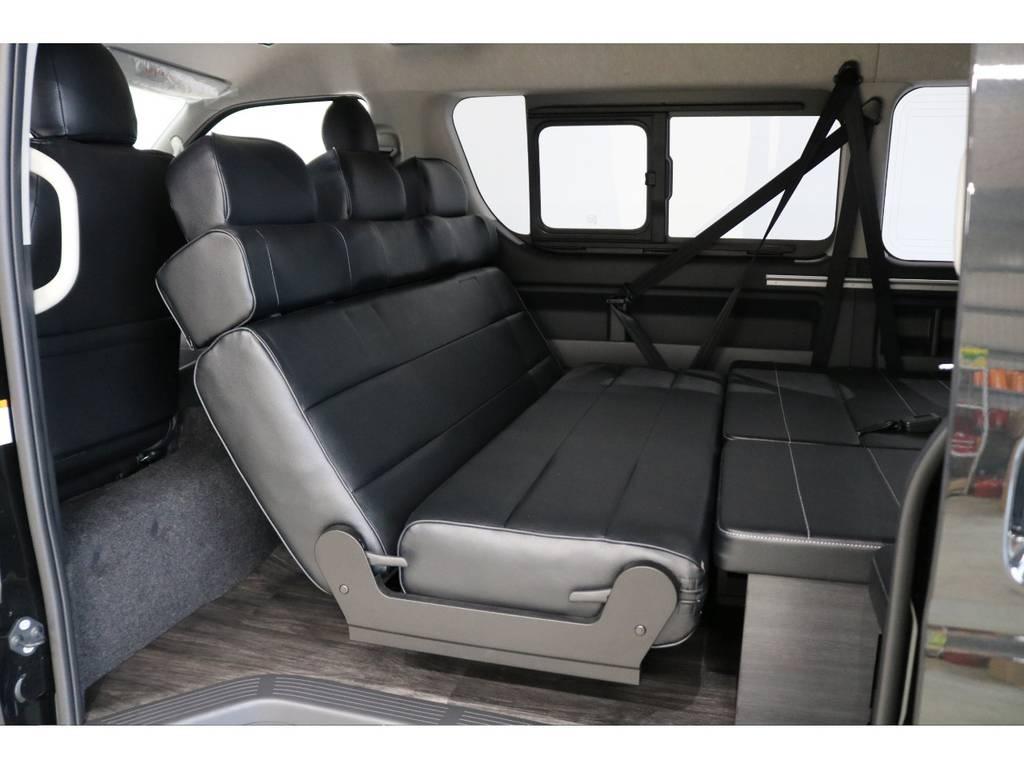 セカンドシートはオリジナル1400幅3人掛けシート!フラット展開や後方向き展開が可能です♪
