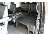 サードシートはリクライニング加工済みで、シートを倒すとテーブルになります