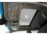 明るく開放的なガラスサンルーフには、チルト&オープン機能付きです