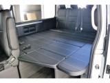 後部座席は後ろ向きに二人掛けシートで四列目と対面シートとなっております
