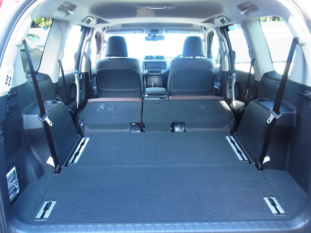 2列目まで畳めばたくさん荷物が詰めます! | トヨタ ランドクルーザープラド 2.8 TX Lパッケージ Gフロンティア ディーゼルターボ 4WD 試乗車 カスタム多