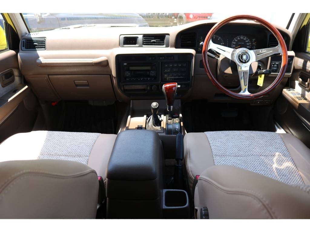 とても希少な茶内装をベースに同系色のシートカバーを新品装着です。   トヨタ ランドクルーザー80 4.5 VXリミテッド 4WD