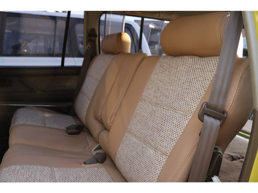 セカンドシートも広いので大人3人が乗ってもゆったり出来ます。この生地ならソファーの様な感覚で座れます。   トヨタ ランドクルーザー80 4.5 VXリミテッド 4WD