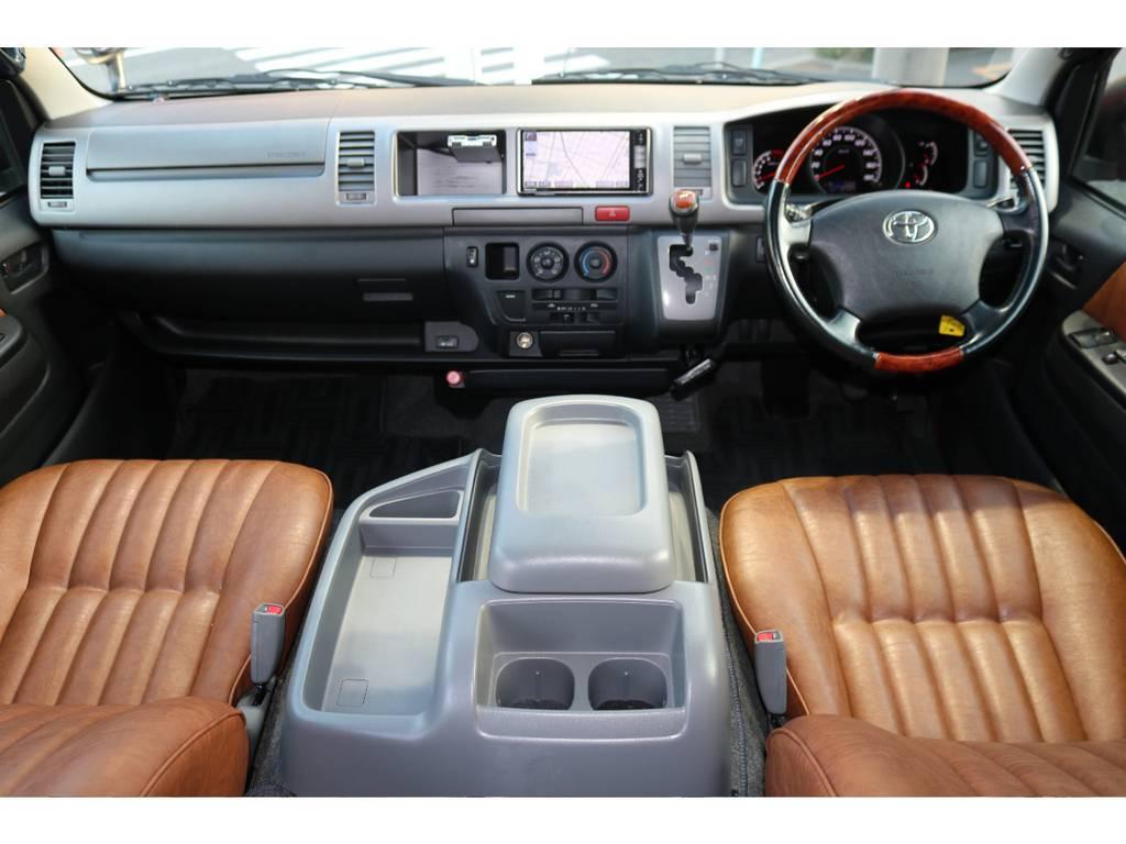 シートは全席張替え済み!な贅沢カスタムですが、御覧の通りモコモコしたシートは座り心地も車内の雰囲気もカルフォルニア感ハンパないです。 | トヨタ ハイエース 2.7 GL ロング ミドルルーフ 4WD 【CoastLinesレッド】