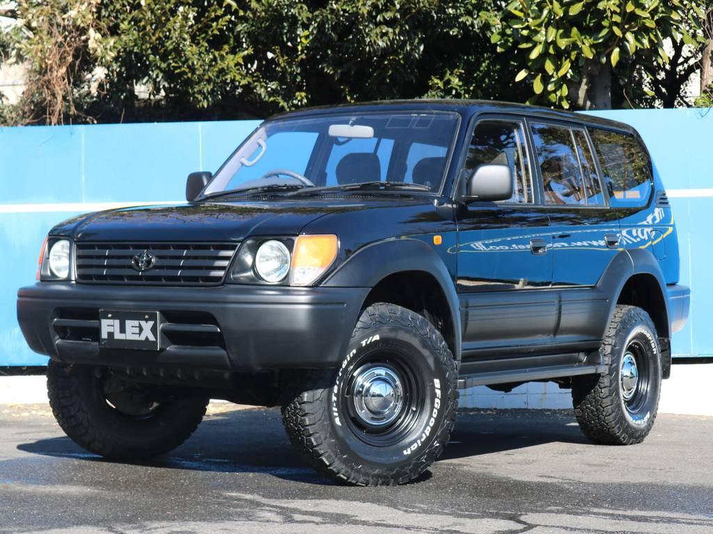 コーナーレンズのハーフオレンジ、フロントエンブレムのブラッククローム調塗装がワンポイントアクセントです | トヨタ ランドクルーザープラド 3.4 TX 4WD
