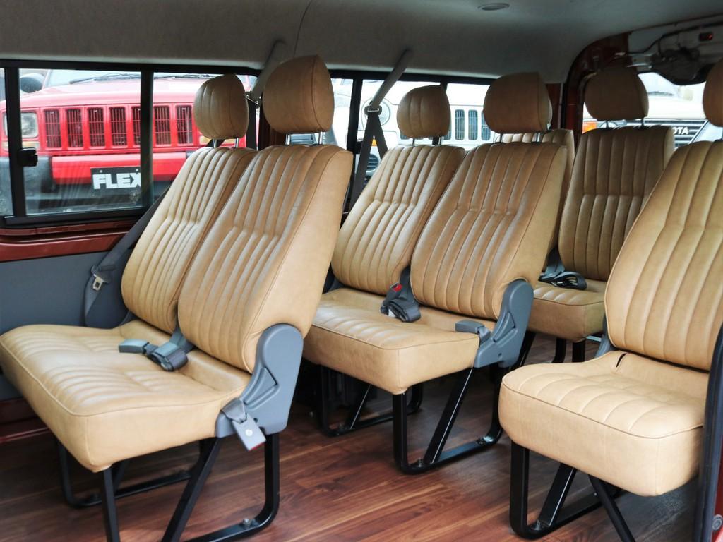 全席キャメルシート。内張の鉄板部分もボディ同色に塗装済みです。