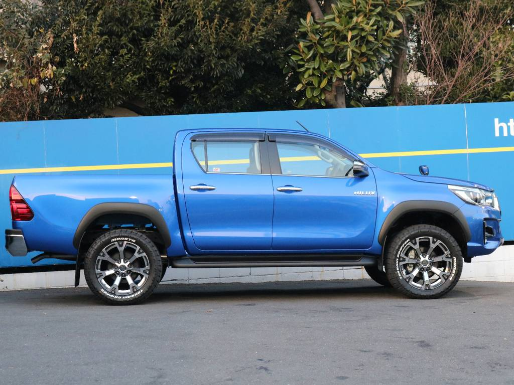 Roccoオーバーフェンダーが武骨さを増し、鮮やかなネビュラブルーメタリックを引き立ててくれます | トヨタ ハイラックス 2.4 Z ディーゼルターボ 4WD Z