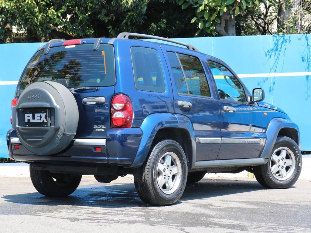 エクストリームスポーツ専用カラーのパトリオットブルー。鮮やかでとても良い色です。 | ジープ チェロキー スポーツ 4WD
