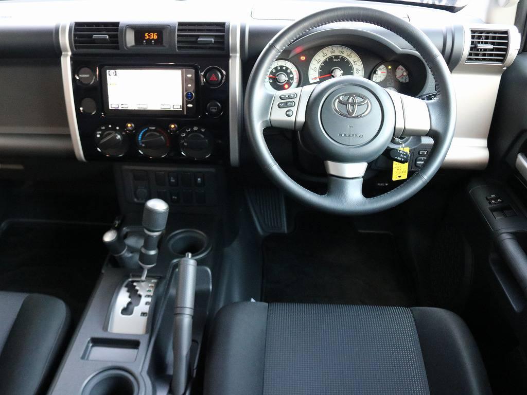 内装パネルもボディー同色カラーなのもFJクルーザーの特徴ですね!   トヨタ FJクルーザー 4.0 ブラックカラーパッケージ 4WD