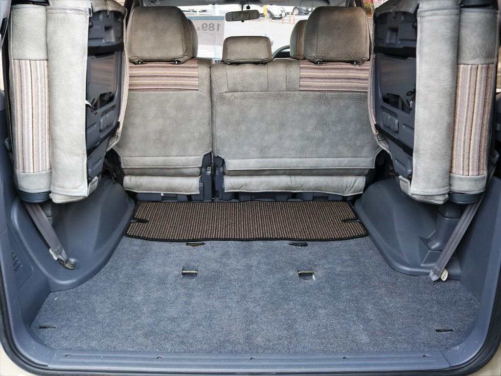 シートを跳ね上げれば荷室も広々確保できます。
