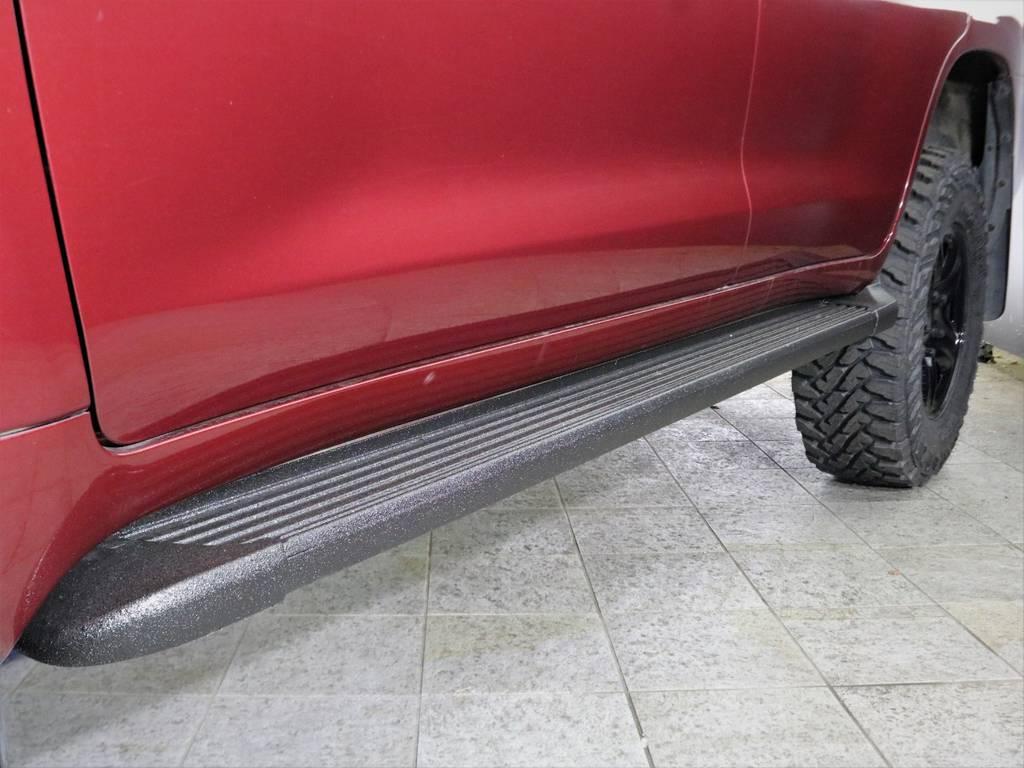 アルマジロライナーにてサイドステップを塗装致しました。通常のブラック塗装ですと乗り降りの際に足をかけると塗装が剥がれることがありますが、そんな心配はご無用です。滑り止めの効果もあり!