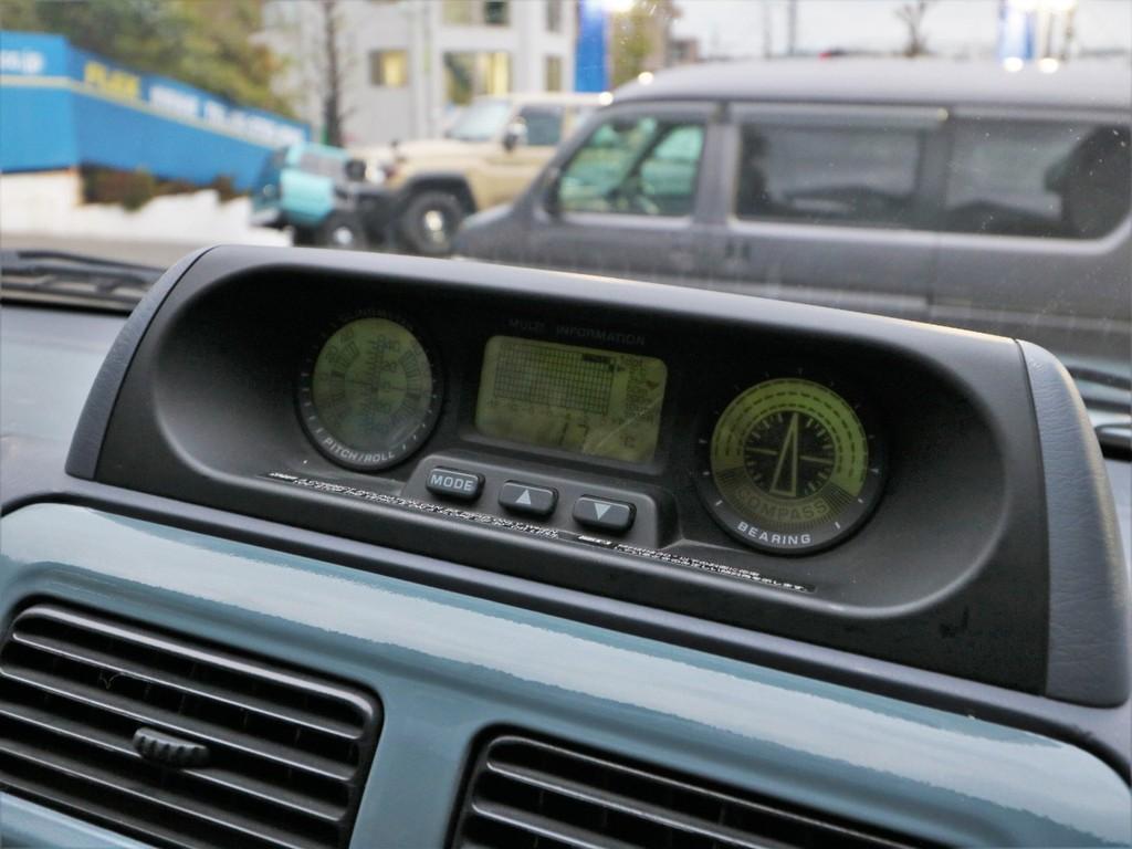 新車当時オプションの3眼メーター付き。