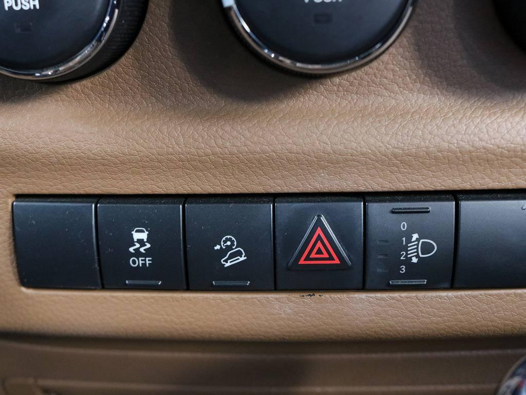 ヒルダウンアシスト付き!横滑り防止装置やヘッドライトレベライザーなど現代の装備をしっかり装備しているところにJeepの質実さが表れていると思います。
