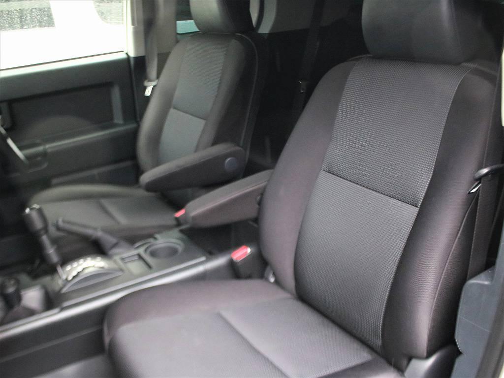 水や汚れに強いFJクルーザー専用設計のフロントシート。