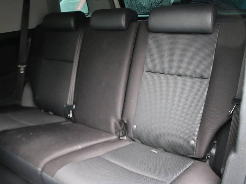腰深な設計のリアシート。空間は狭く、乗り降りも大変ですが、そこが楽しめる車両です。