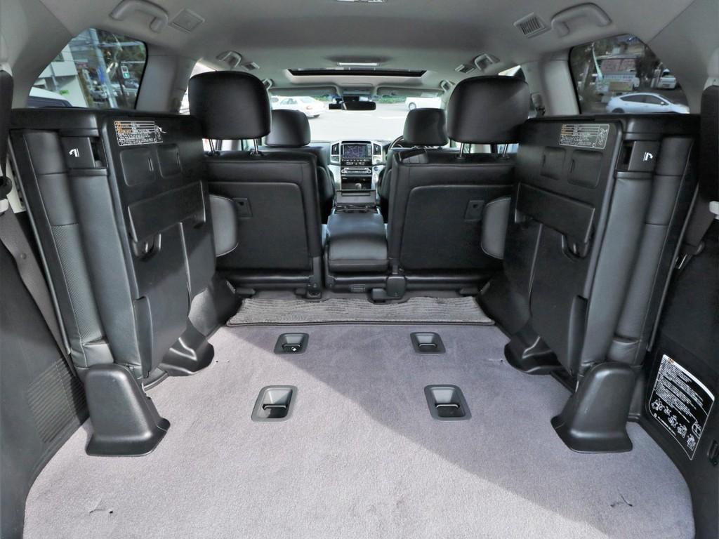 サードシートの格納により、広大な荷室も確保可能。ゴルフバッグや旅行鞄、長尺物も楽々積載できます◎