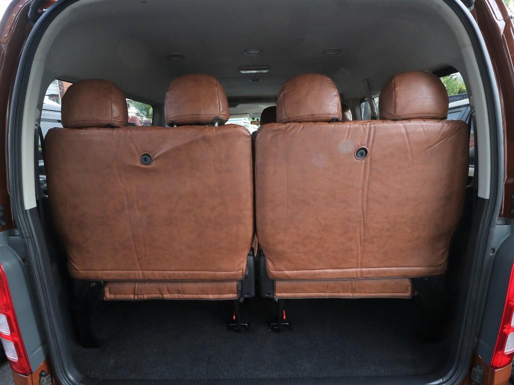 10人乗車時はシート下に少量の荷物を積載可能です。