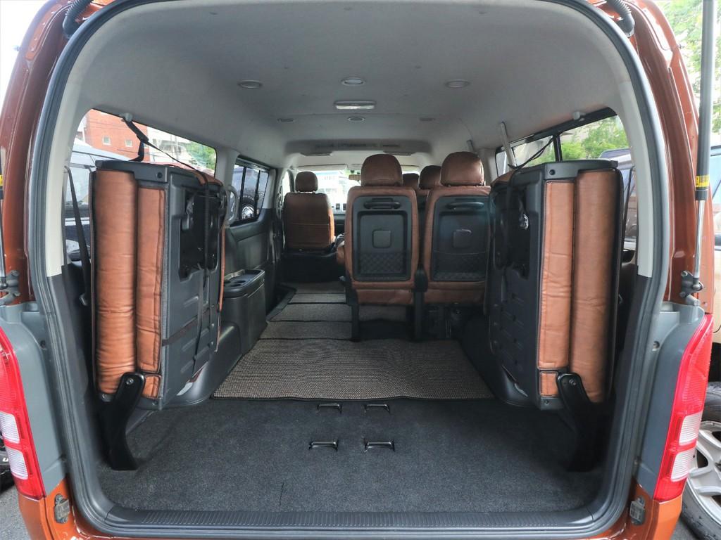 両側を跳ね上げますと、乗用車としては文句のつけようがない荷室空間を確保可能です。