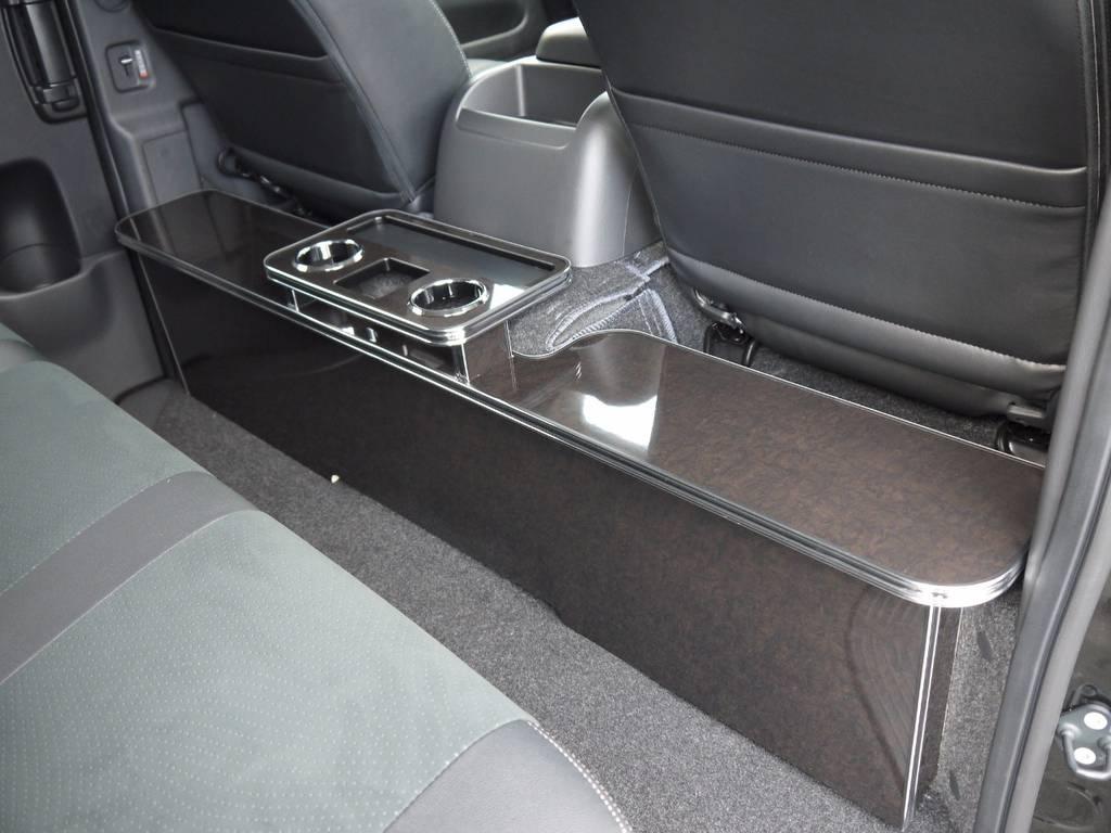 DARKPRIMEの内装に合わせて、マホガニー調セカンドテーブル&フロントカップホルダーを装着済み!インテリアにも拘ってカスタムしています。