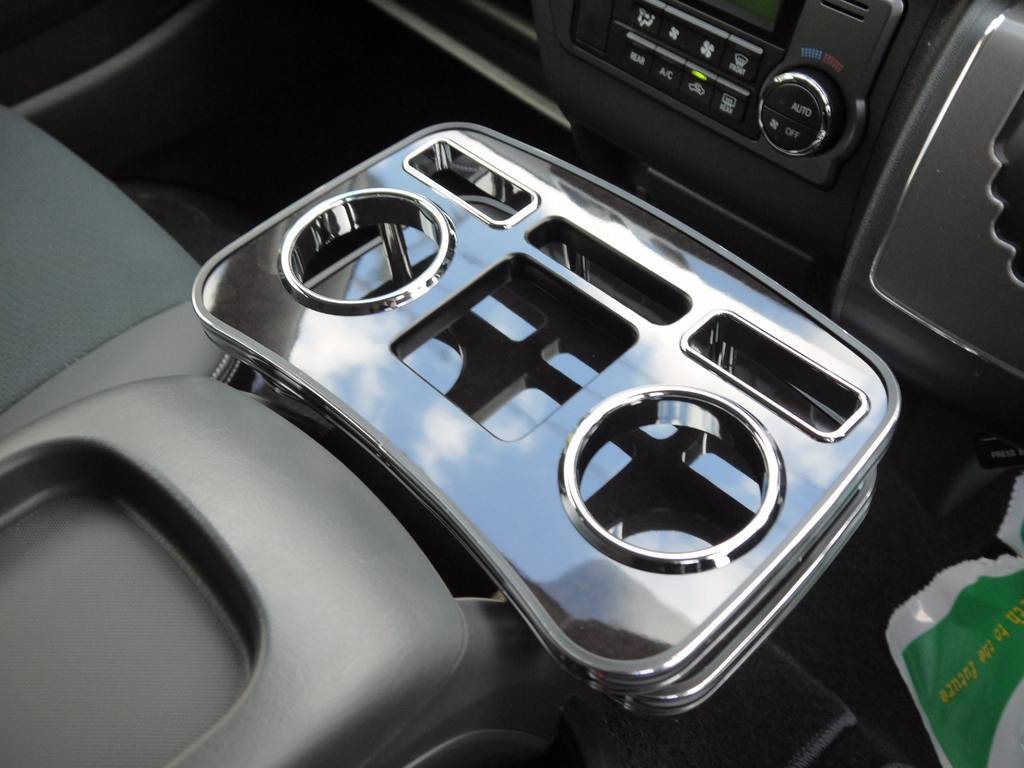 DARKPRIMEの内装に合わせて、マホガニー調セカンドテーブル&フロントカップホルダーを装着済み!インテリアにも拘ってカスタムしています。 | トヨタ ハイエースバン 2.0 スーパーGL ダークプライム ロングボディ S-STYLE