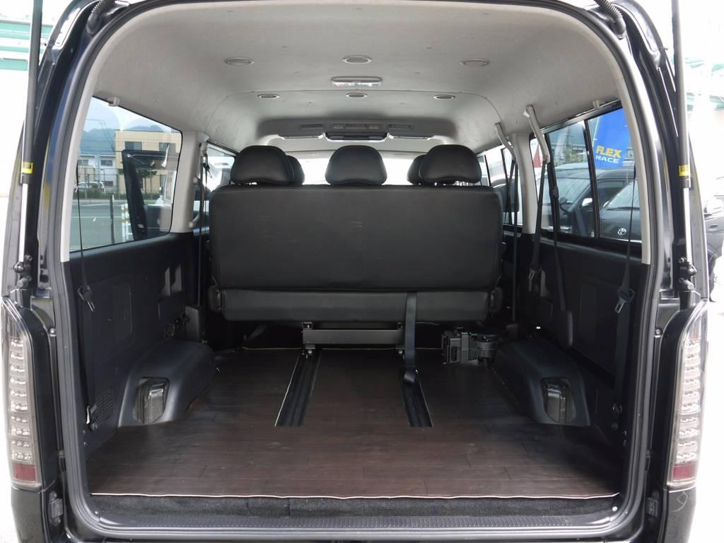 シートを前方にスライドすれば、広大なラゲッジスペースも確保できます。 | トヨタ ハイエース 2.7 GL ロング ミドルルーフ ワゴンKIT