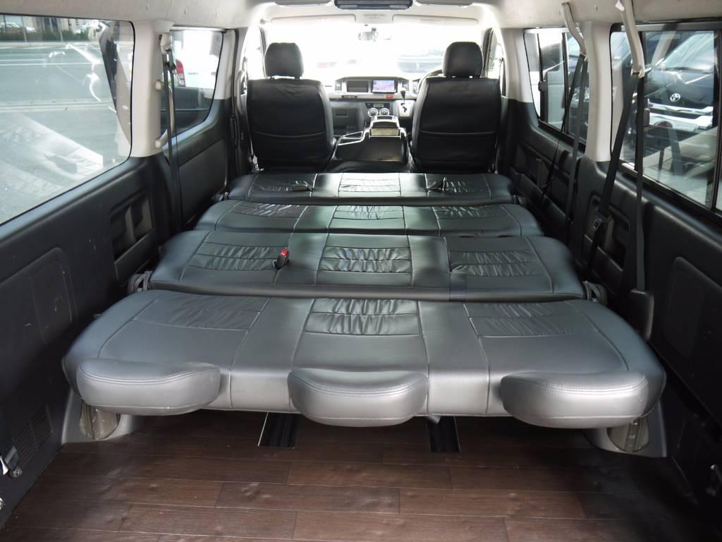 シートをフラットにすれば広大なベッドに早変わり。車中泊もお楽しみいただけます。