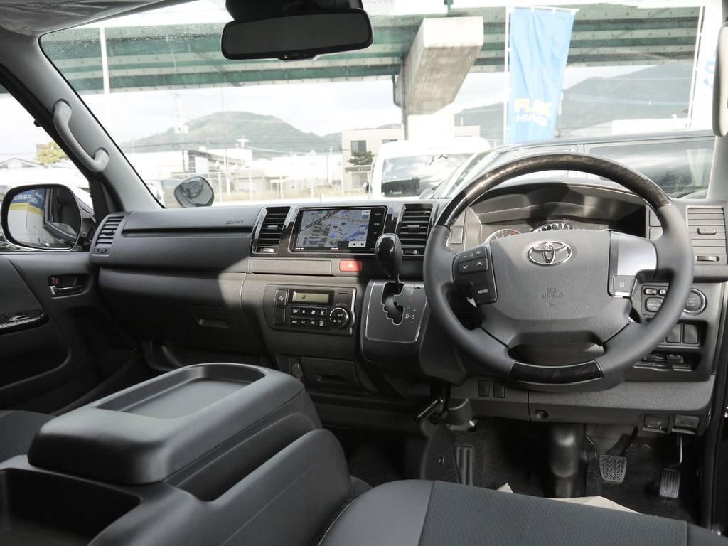 特別仕様車専用装備のマホガニー調パネル&コンビステアリング&シフトノブ!   トヨタ ハイエースバン 2.0 スーパーGL ロング TSSP
