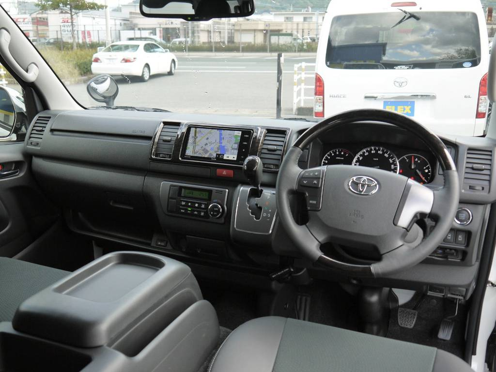 DARKPRIME専用装備のマホガニー調コンビステアリング&シフトノブ&パネル!高級感のあるインパネ廻りを演出。 | トヨタ ハイエースバン 3.0 スーパーGL  ダークプライム ロングボディ ディーゼルターボ Ver4DP