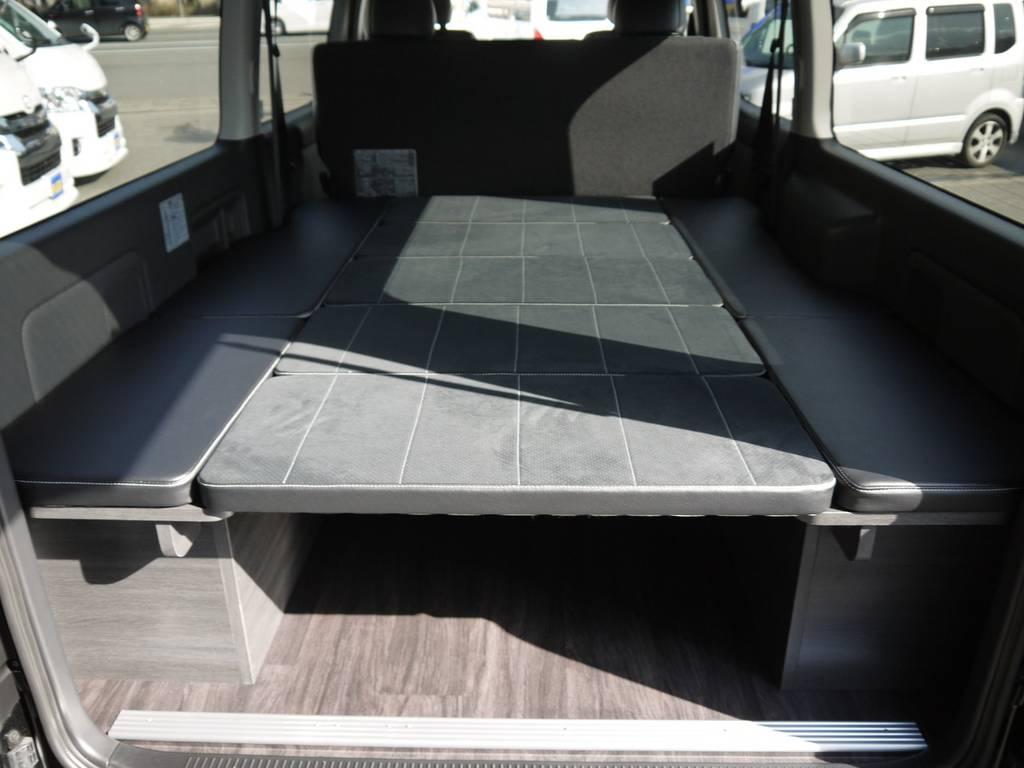 フルフラットベッドキット!ステッチカラーとシート生地をDARKPRIME近似色&近似生地に設定することで、統一感を演出。 | トヨタ ハイエースバン 3.0 スーパーGL  ダークプライム ロングボディ ディーゼルターボ Ver4DP