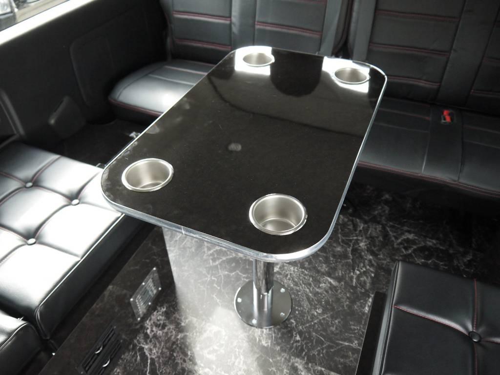 着脱式テーブルも標準装備となっております。テーブルを競ってしたままでもベッドモードに転回可能です。 | トヨタ ハイエース 2.7 GL ロング ミドルルーフ ラウンジ5α