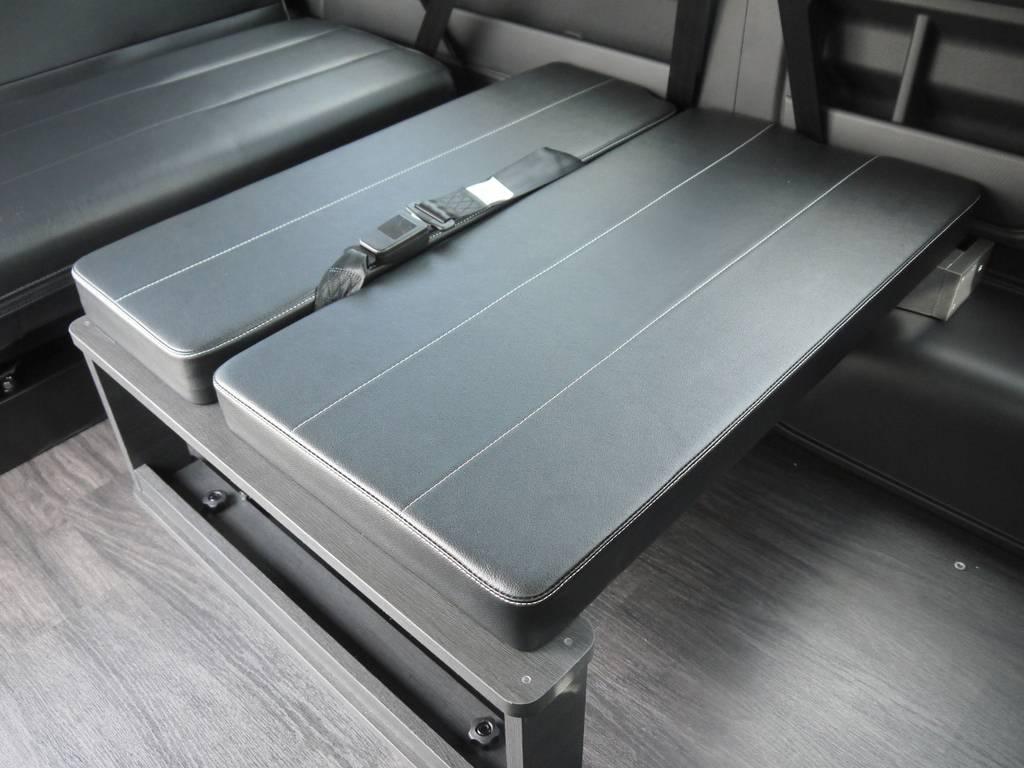 純正3rdシートポジションに着脱可能な後ろ向き座席家具を配置。