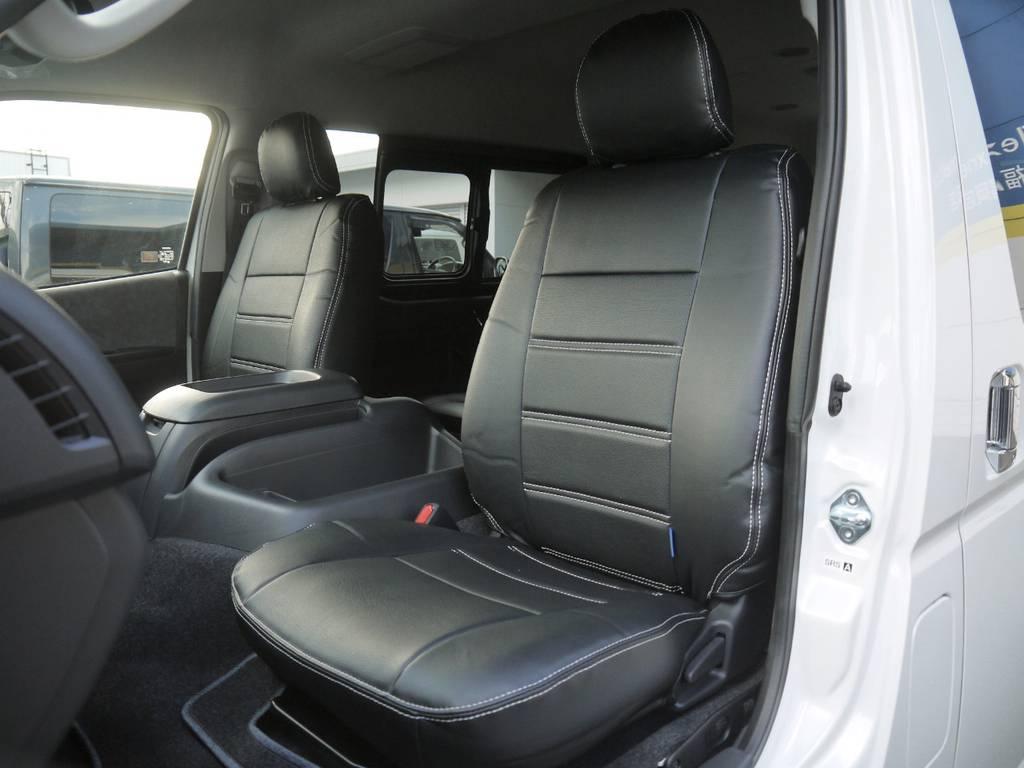 全席シートカバー装着済み!ブラックレザー調シートカバーが高級感のあるコックピットを演出。