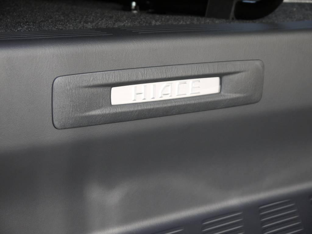 特別仕様車専用装備:スライドドアスカッププレート(車名ロゴ&イルミネーション付)   トヨタ ハイエースバン 2.0 スーパーGL ダークプライムⅡ ロングボディ GIBSONエアロ