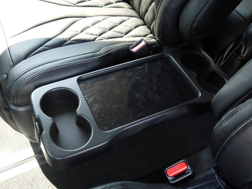 2列目右側シートにはドリンクホルダー付き専用トレーも完備! | トヨタ ハイエース 2.7 GL ロング ファインテックツアラー COBRAコンプリート