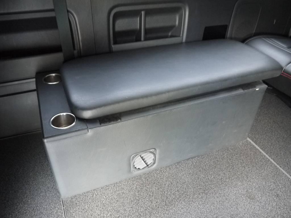 横座り2名定員座席家具。家具内は収納スペースとしてもご利用いただけます。 | トヨタ ハイエース 2.7 GL ロング ミドルルーフ ベッドキットシートアレンジ