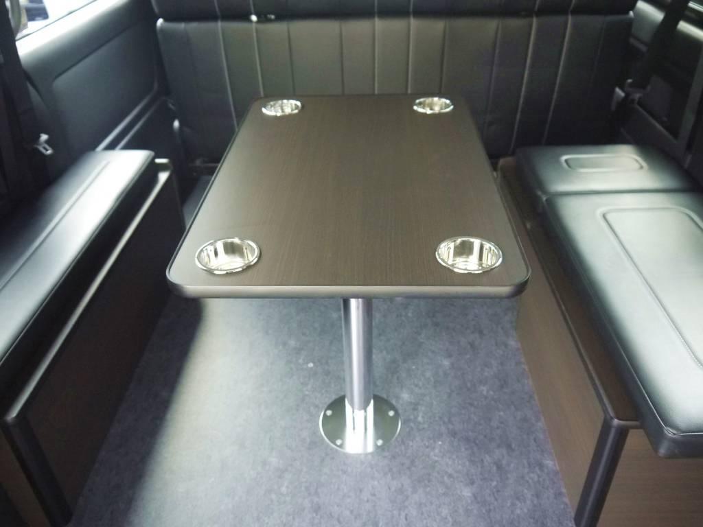着脱可能なインテリアテーブルも標準装備。