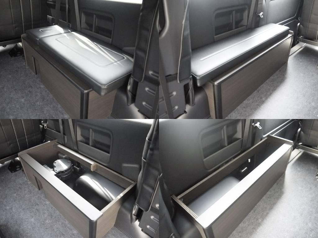 3列目純正3rdシートポジションには収納家具を配置。