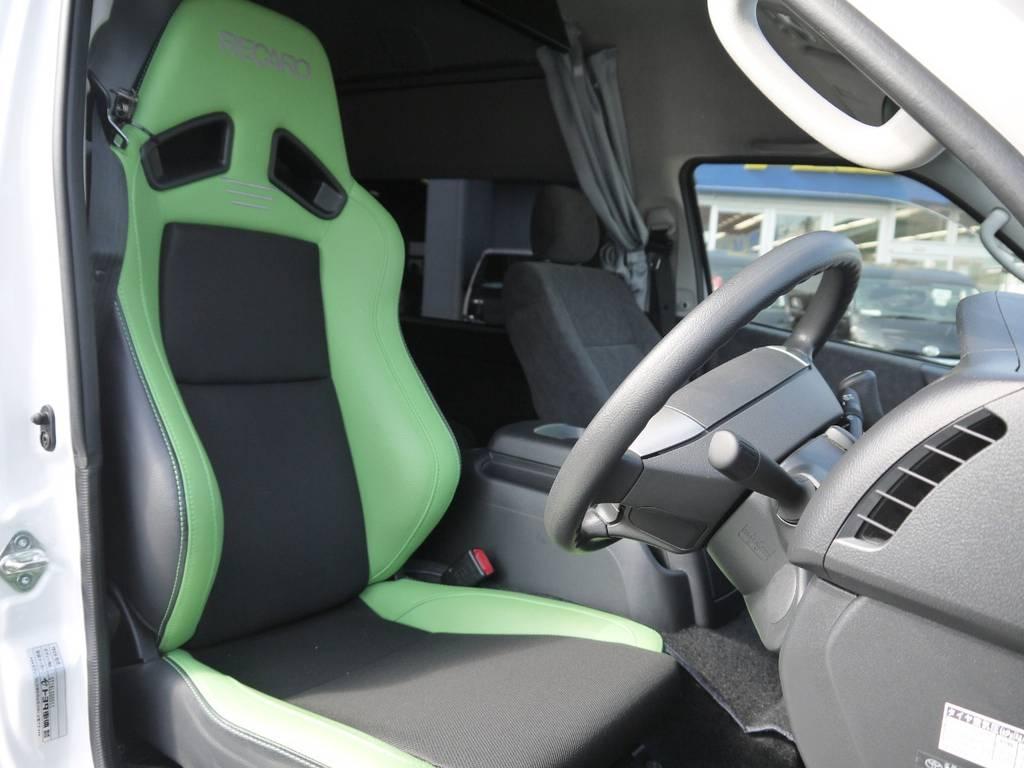 運転席はRECAROシートを装着済み!長時間ドライブも疲れにくいバケットシート!
