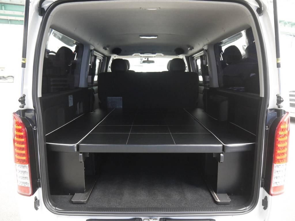 ホワイトパイピングがお洒落な二の字型ベッドキットも完備!気軽に車中泊もお楽しみいただけます。