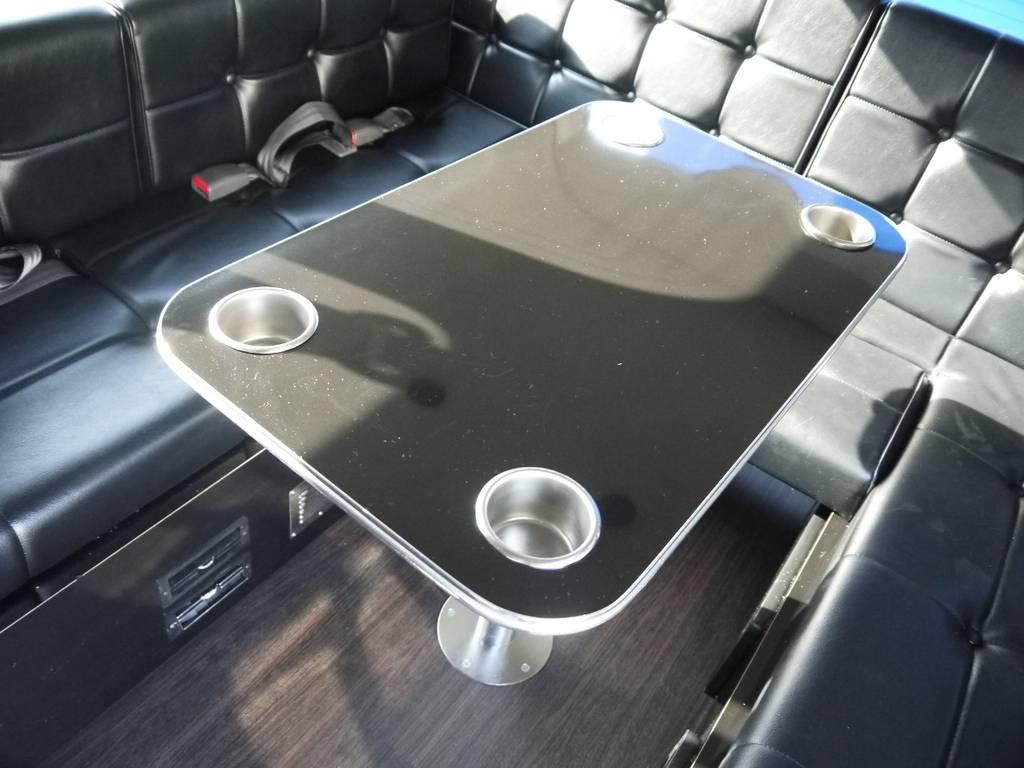 センターテーブルは着脱可能!テーブルをつけた状態でもフルフラットベッドに展開できます。