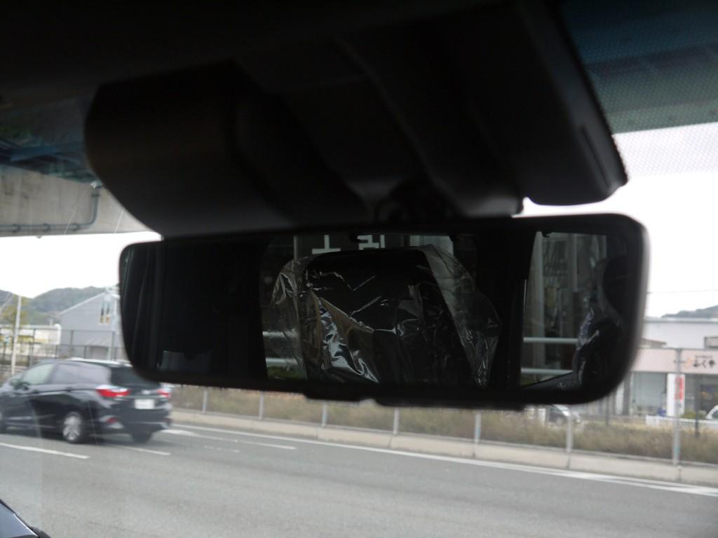 【デジタルインナーミラー(カメラ洗浄機能付)】車両後方カメラの映像をインナーミラー内に表示。鏡面ミラーモードからデジタルミラーモードに切り替えが可能です。