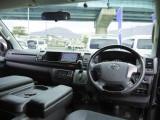特別仕様車専用装備:マホガニー調コンビステアリング&シフトノブ!高級感のあるコックピットを演出。
