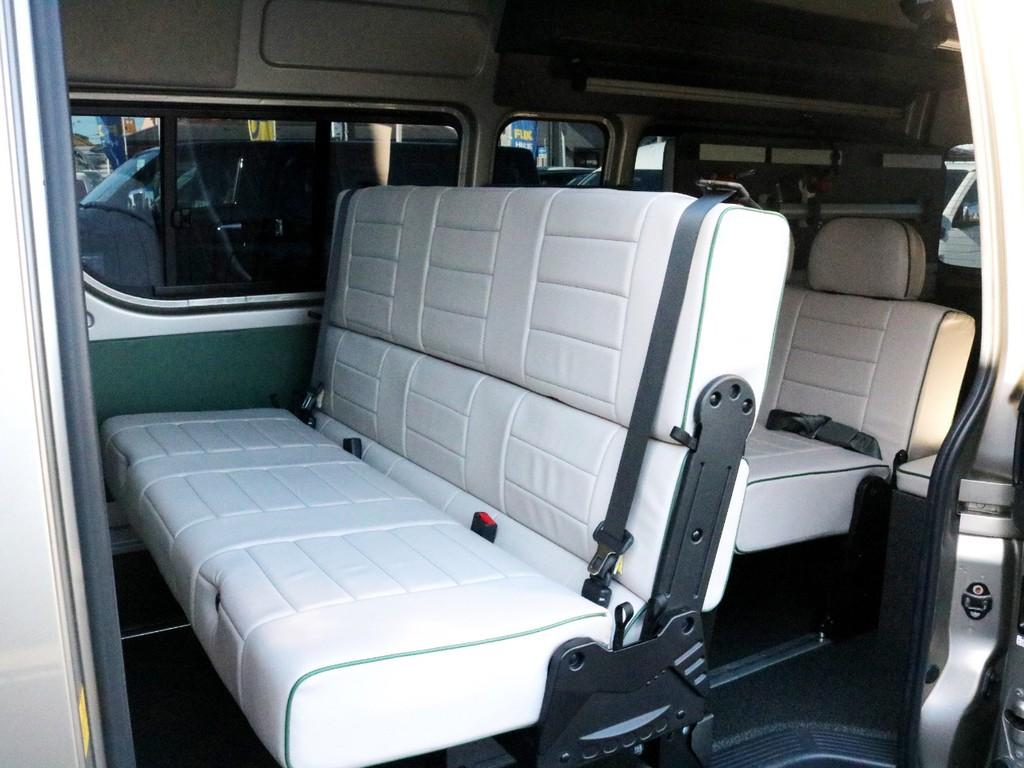 2列目にはお洒落で清潔感ある3名定員のバタフライ式ベンチシートが設置されています。このシートは前向き、後ろ向き、フルフラットに変化することが可能です。