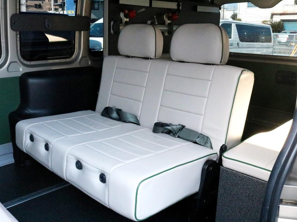 3列目には2名定員のバタフライ式ベンチシートが設置されています。こちらも前向き、後ろ向き、フルフラットへの変化が可能です。