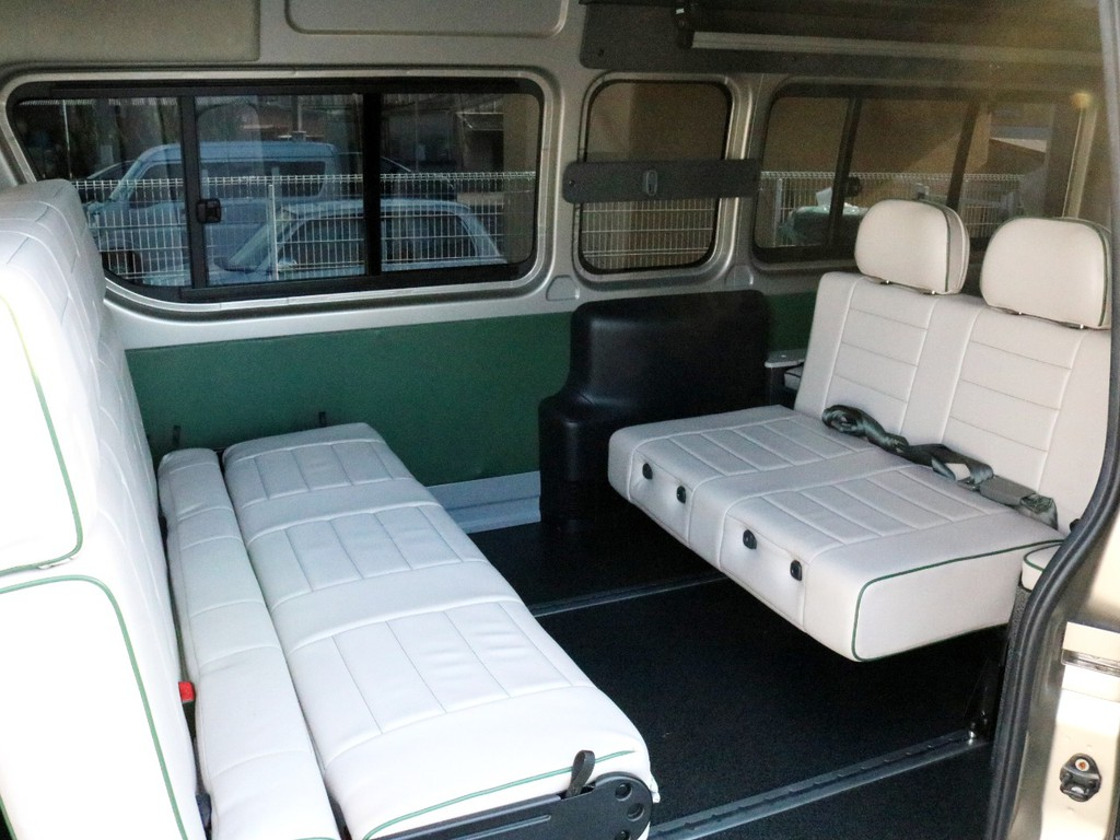 2列目シートを後ろ向きに切り替え対座モードにした状態です。床に設置されたシートレールを使うことによってシートの間隔を調整できます。