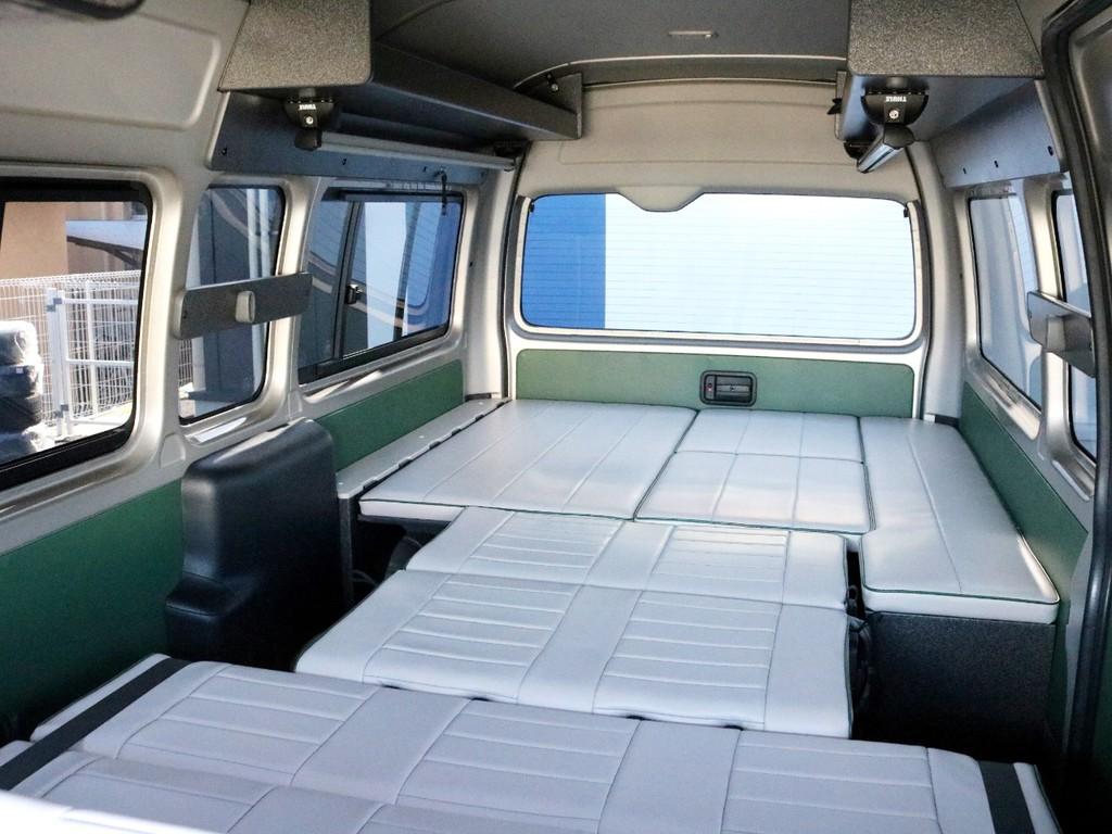 シートを全てフルフラットにした状態です。広々としたキャンパー特装車の車内が更に広く感じられます! 車中泊を楽しむのも、フリップダウンモニターの映像を楽しむのも自由です♪