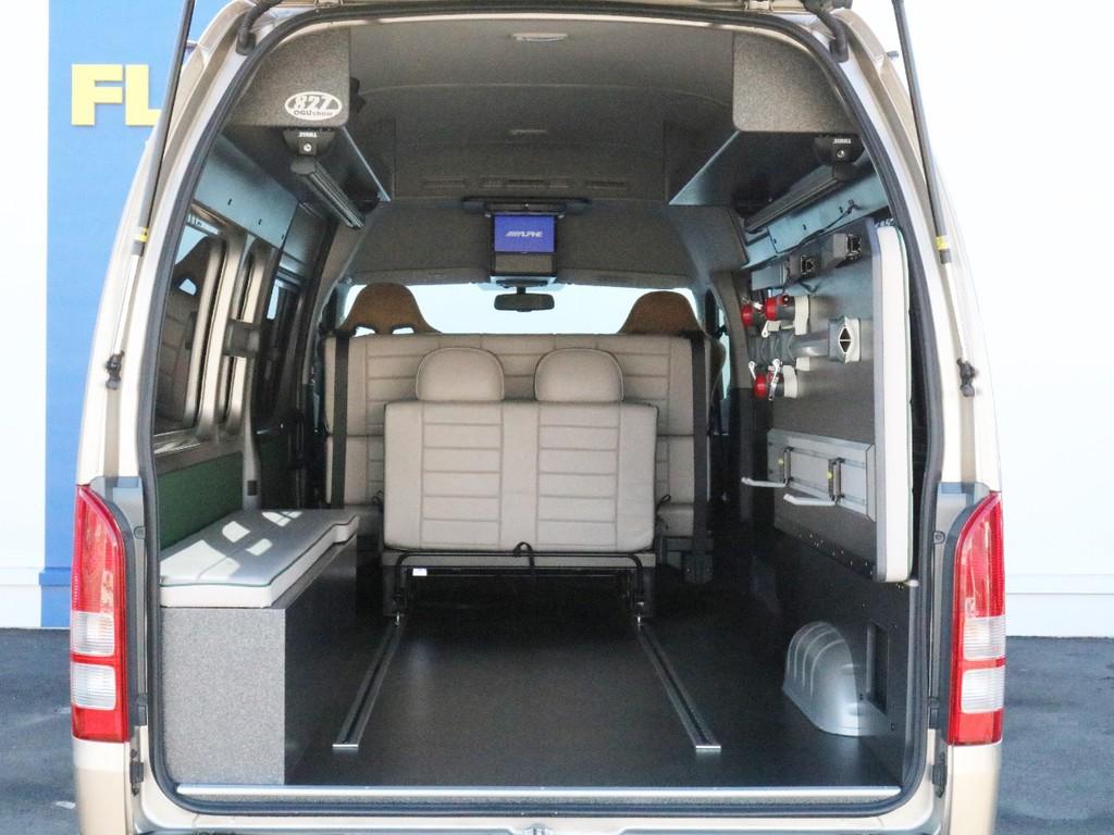 後部パネルを取り除き、シートを前方へ詰めてラゲッジスペースを大きく確保した状態です。床に設置されたワンタッチレールは別売りのワンタッチリングやフックを使うことによってトランポにもご活用出来ます。