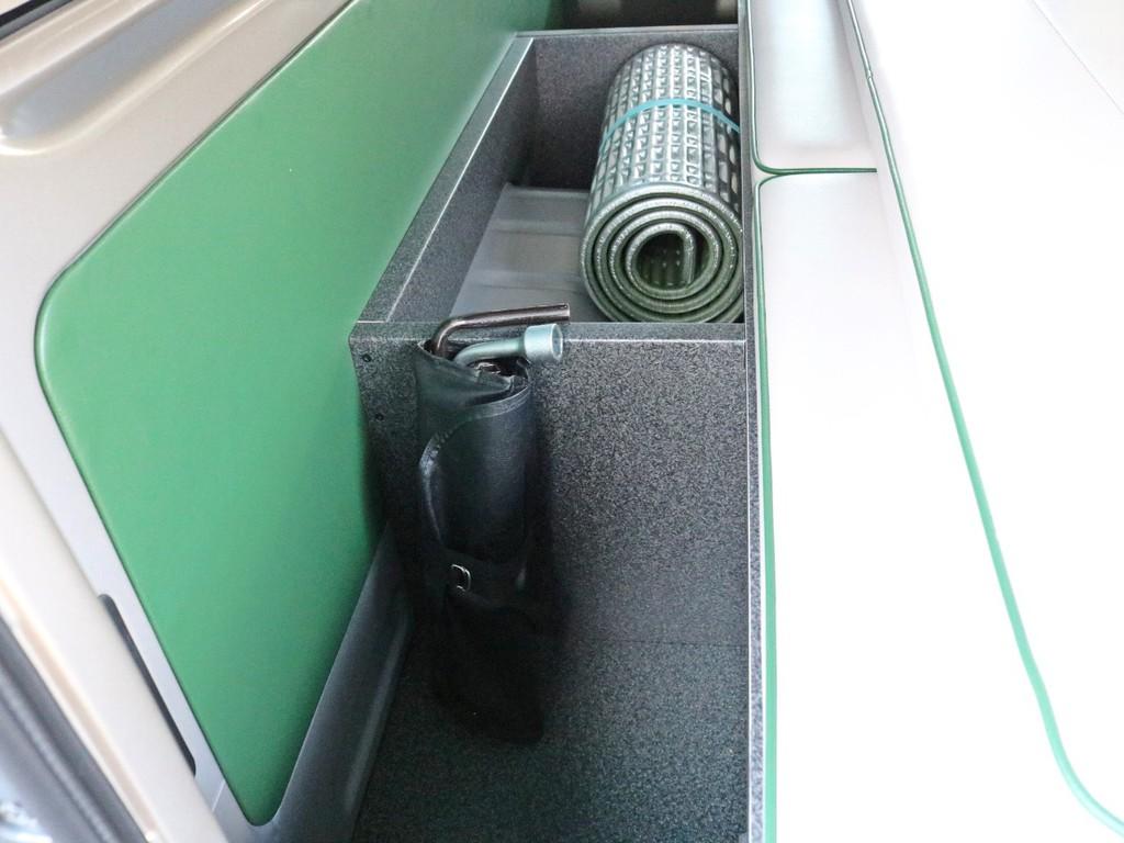 荷室スペースのパネルを支えるボックスは収納スペースとしてもご活用頂けます。車載工具やトランポ用のアイテムを置くのに丁度いいですね♪